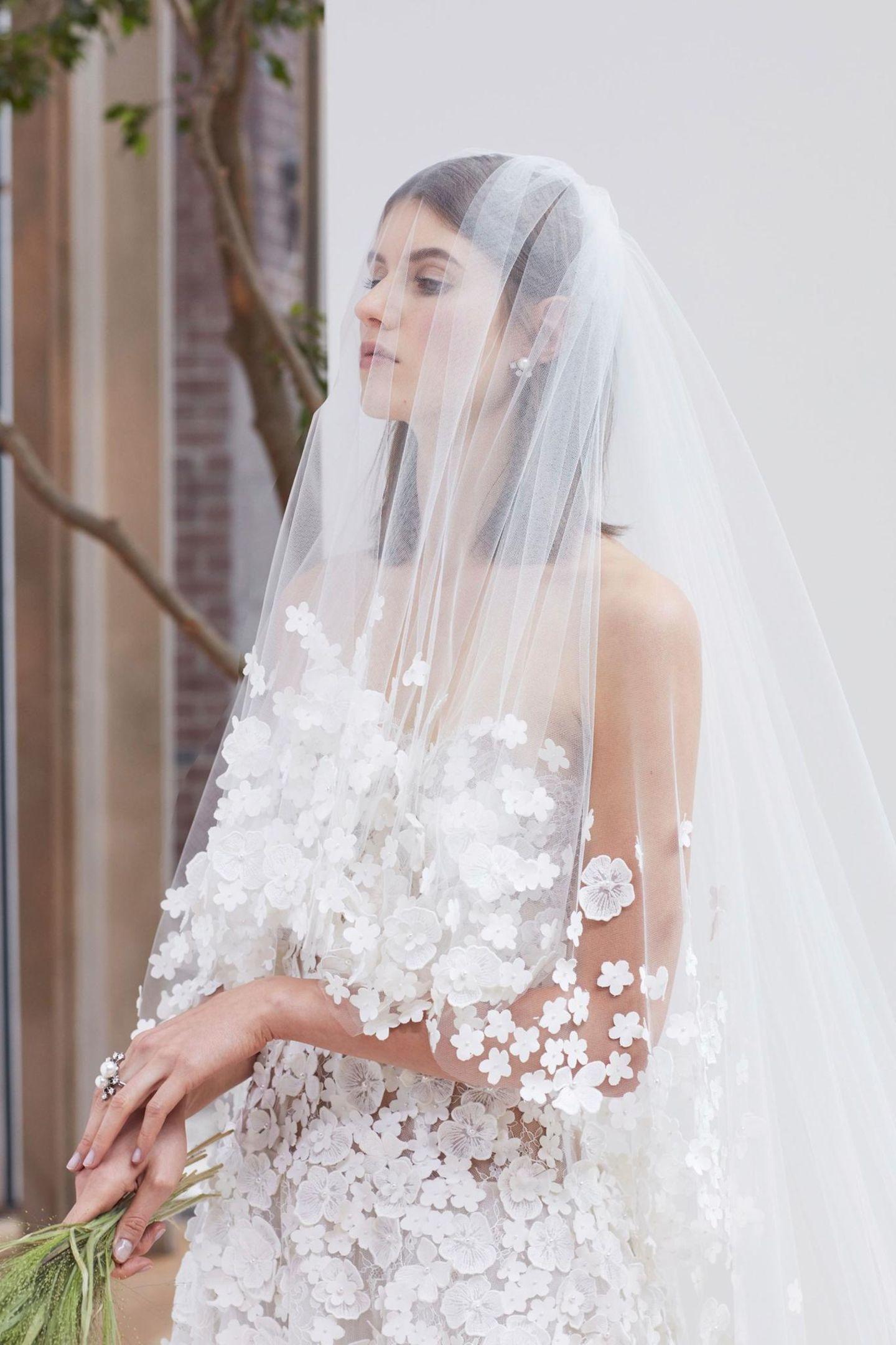 Brautfrisur mit Schleier: Frau mit Brautkleid und Schleier