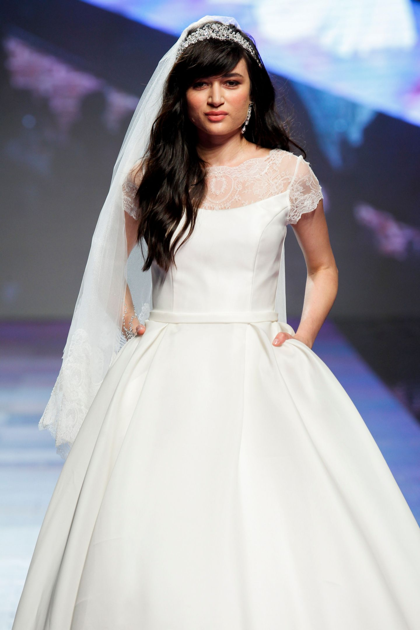 Brautfrisur mit Schleier: Frau mit Brautkleid, Schleier und Diadem im Haar