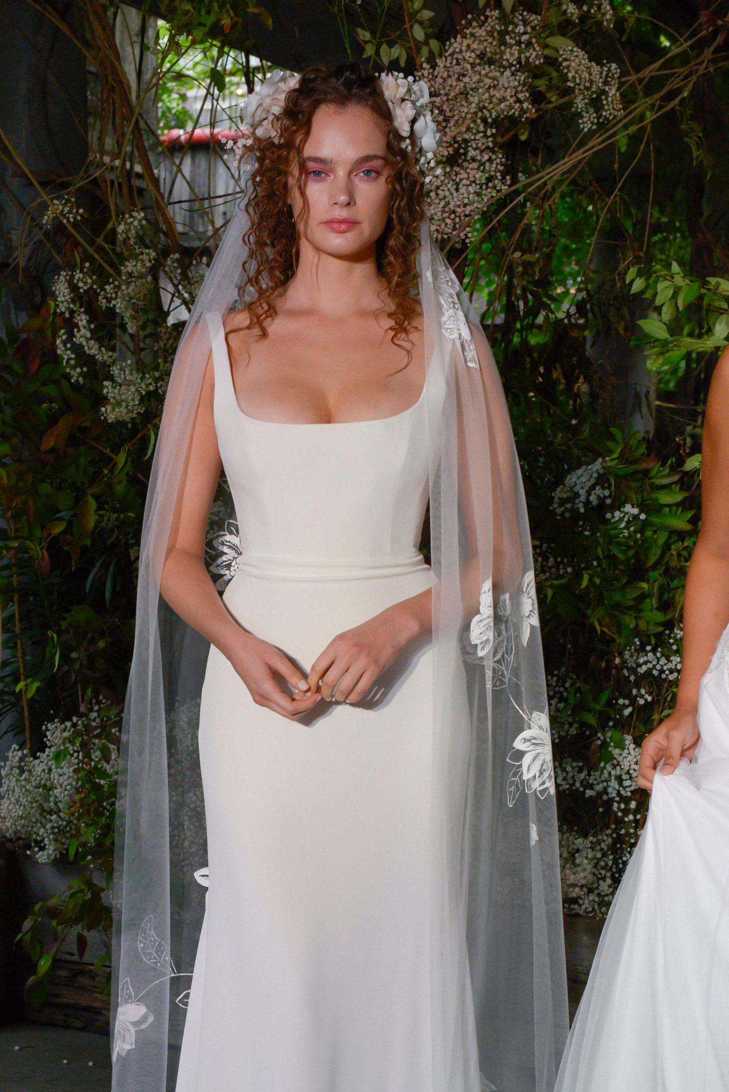 Brautfrisur mit Schleier: Frau mit Brautkleid, Schleier und Locken