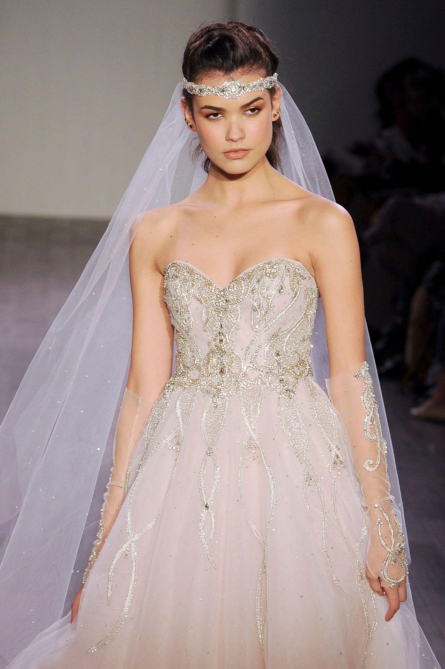 Brautfrisur mit Schleier: Frau mit Brautkleid, Schleier und Haarband