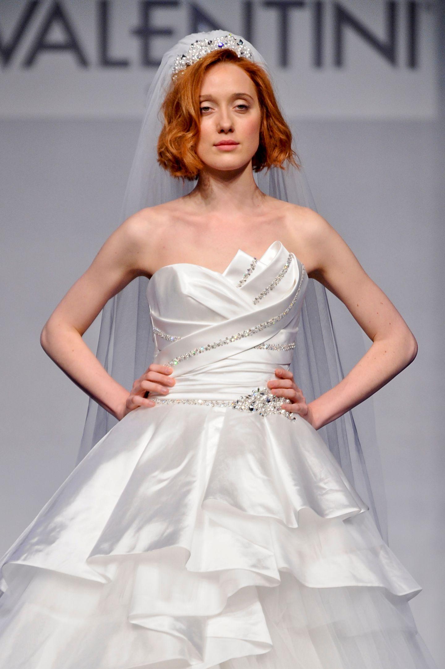 Brautfrisur mit Schleier: Frau mit Brautkleid Bob, Krone und Schleier
