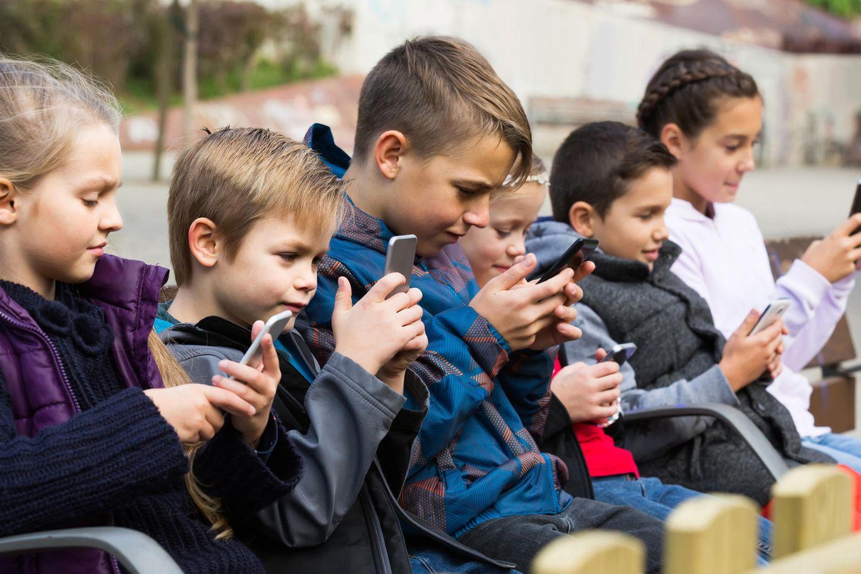 Kinder mit Smartphone