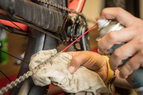 Fahrradkette reinigen: Fahrradkette mit Sprühöl