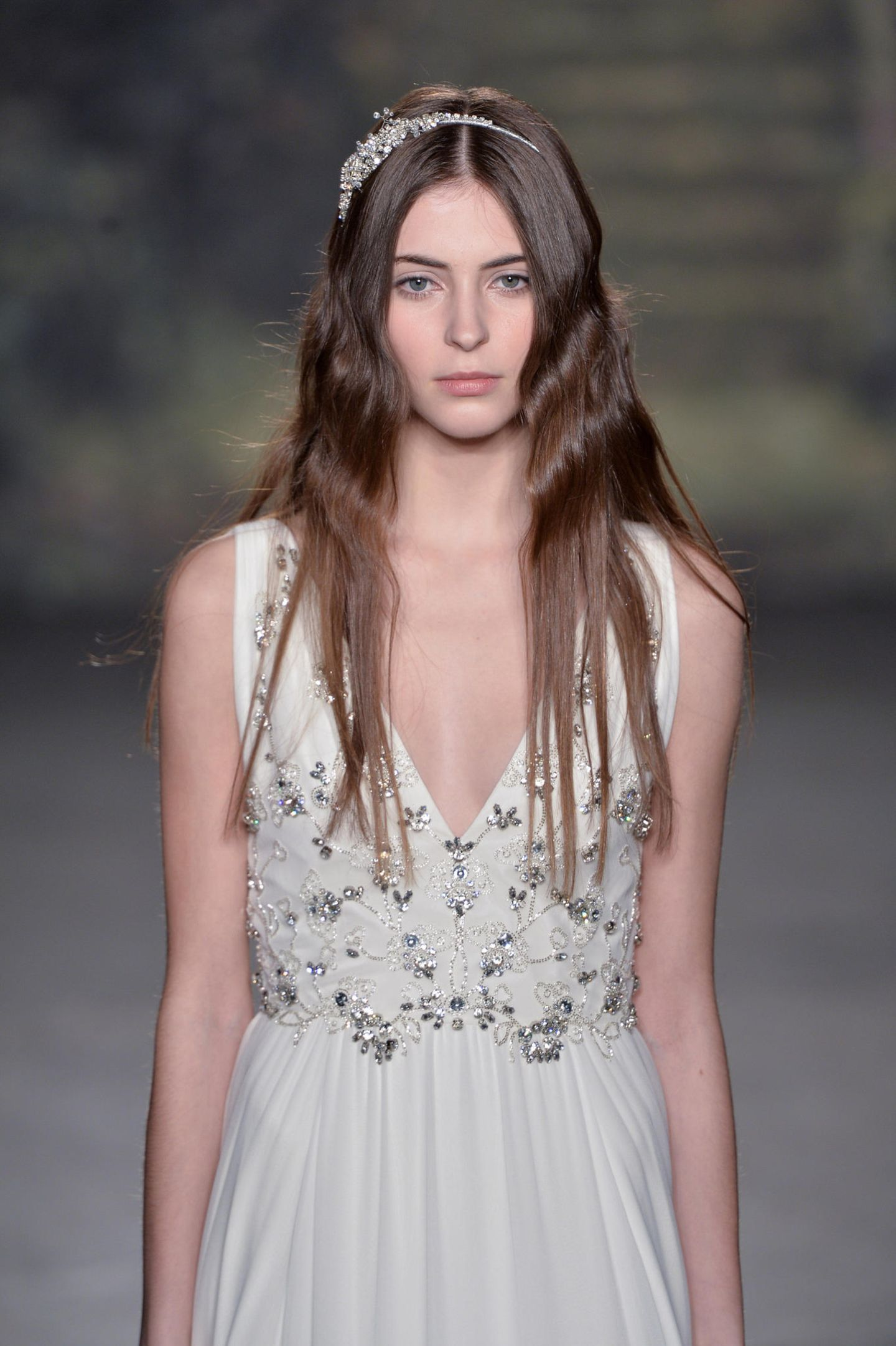 Brautfrisuren: Frau mit offenen Haaren und Haarreif