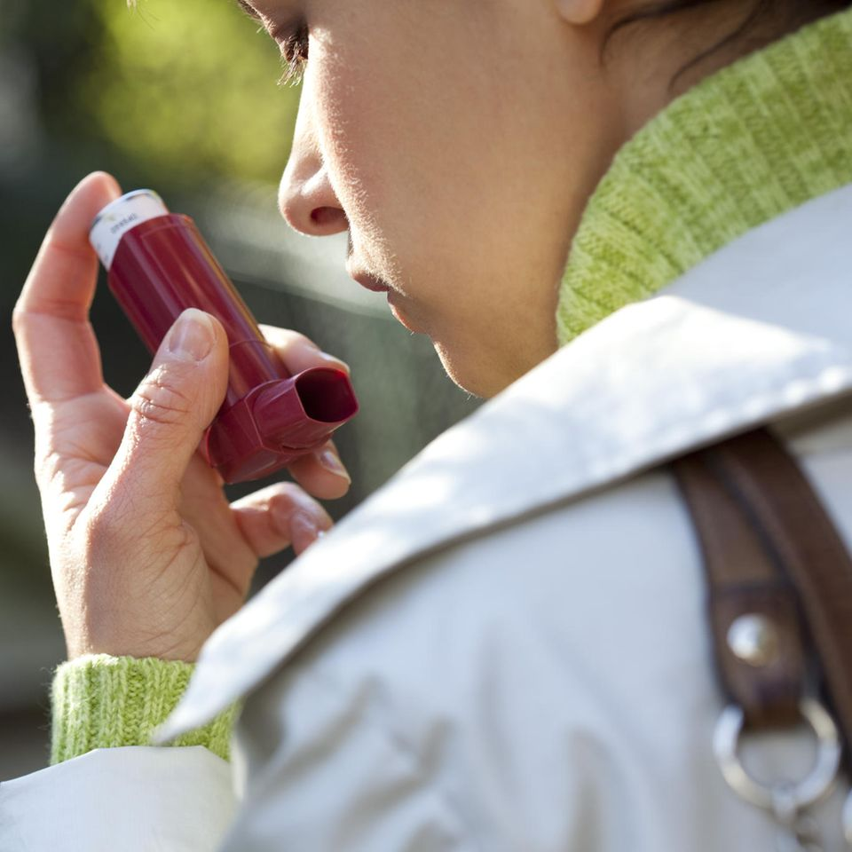 Allergisches Asthma: Frau benutzt Asthmaspray