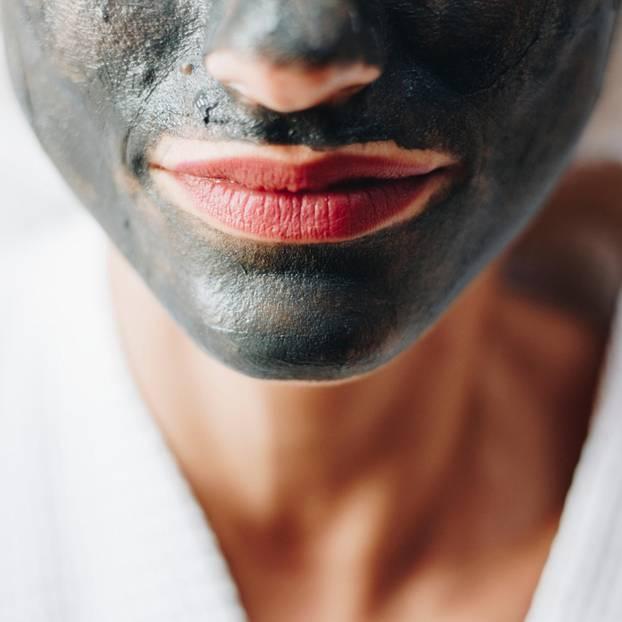Hautpflegetrends 2019: Frau mit Gesichtsmaske