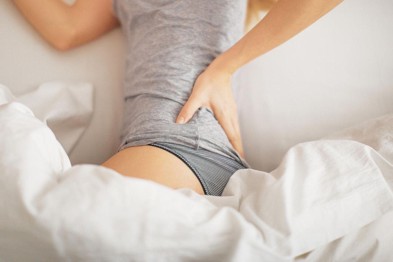 Stille Entzündungen: Frau hält sich den Rücken