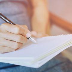 Morgenrituale der Redaktion: Eine Frau schreibt Tagebuch