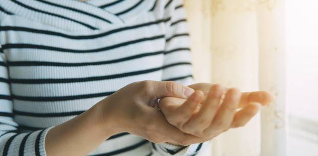 Handgelenksschmerzen? Diese Übungen helfen!