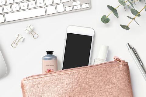 Clutch nähen ohne Schnittmuster: Rosafarbene Clutch mit Smartphone, Handcreme und Nagellack