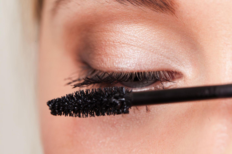 Die besten Mascaras aller Zeiten: Frau, die sich die Wimpern tuscht