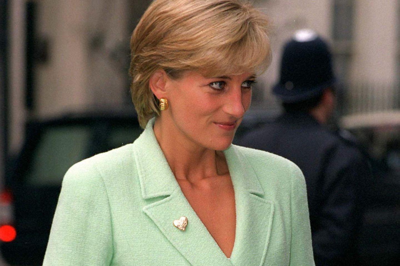 Lady Diana in einem Chanel-Kostüm
