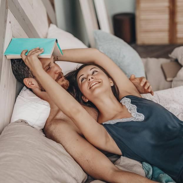 Happiness Index: Ein Paar mit einem Buch im Bett