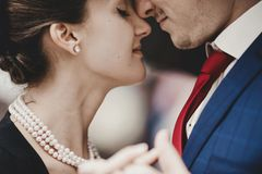Perlenhochzeit: Deko, Geschenke und Glückwünsche: Paar lehnen Kopf an Kopf