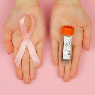 Bluttest erkennt  Brustkrebs: Hand hält Bluttest