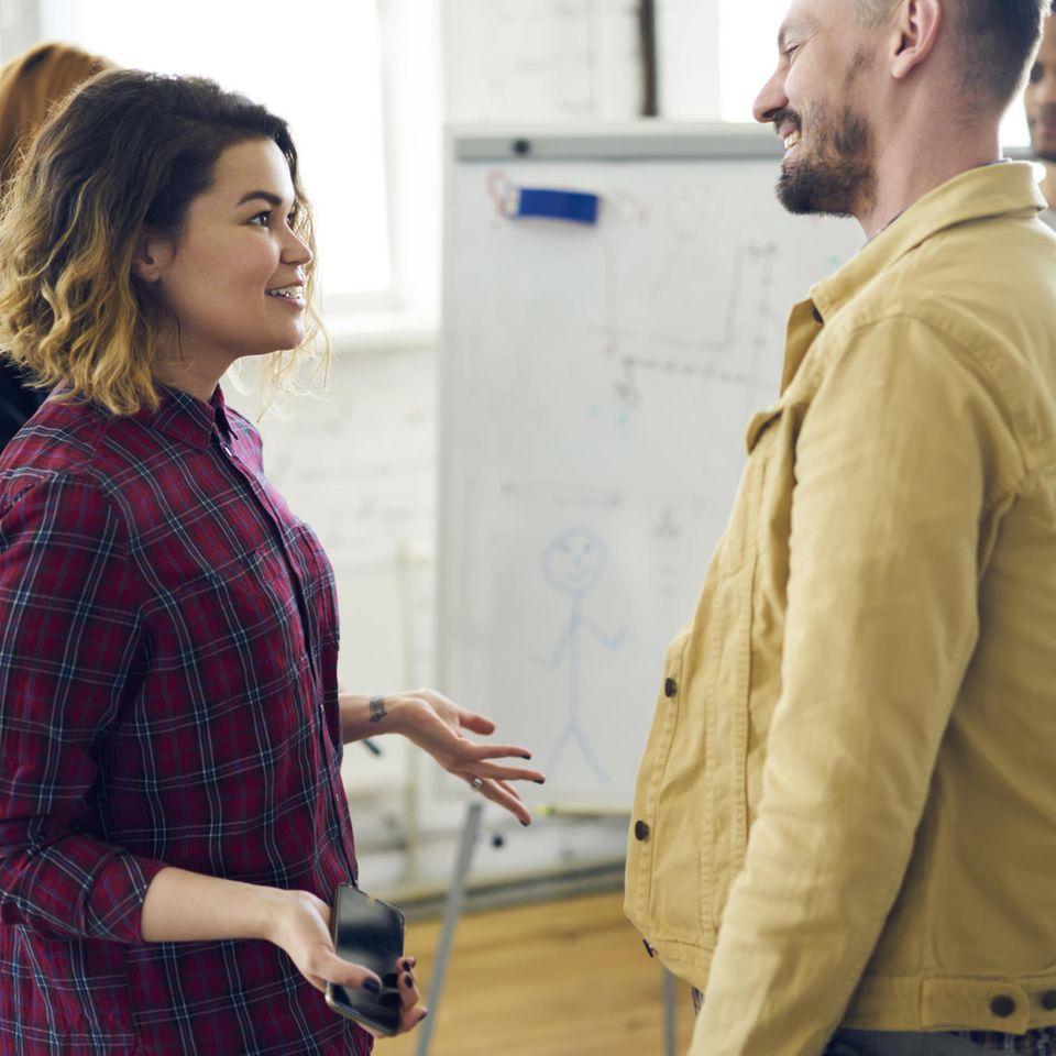 Sender Empfänger Modell: Frau kommuniziert mit Mann