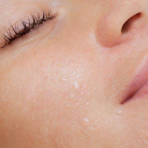 Poren öffnen: Frau mit rosigem, feinporigen Teint und geschlossenen Augen