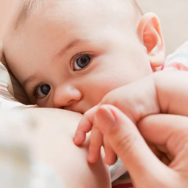 Stillen trotz Erkältung: Baby an Brust von Mama