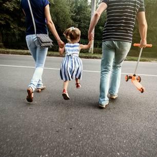Mutter und Vater mit Kind