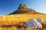 """""""Fugitive's Trail"""" in Südafrika: Unterhalb des Isandlwana kann man das Gräberfeld durchwandern –denSchauplatz einer brutalen Zulu-Schlacht. (Gesamtlänge der Route: 8 Kilometer, Dauer etwa drei Stunden)"""