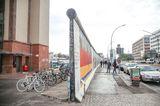 Auf dem Berliner Mauerweg kann man einen Abschnitt der historischen Grenzanlage besichtigen.