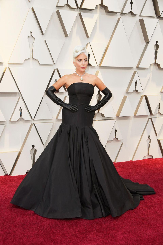 Jede andere Promi-Dame würde in diesem Kleid auf den Worst-Dressed-Listen landen. Lady Gaga hingegen rockt mit ihrer Audrey Hepburn-Hommage den Roten Teppich.