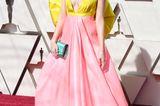Oha, bei Laura Maranos Kleid weiß man gar nicht, welche Farbe schlimmer ist.