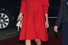 Meghan Markle: Meghan in einem roten Kleid und beigefarbenen Pumps