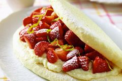 Erdbeer-Schaum-Omelett mit Grieß-Sahne
