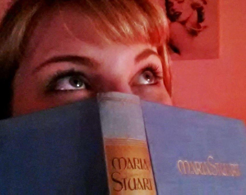 Kraftquellen der Redaktion: Redakteurin Steffi Pingel mit einem Buch