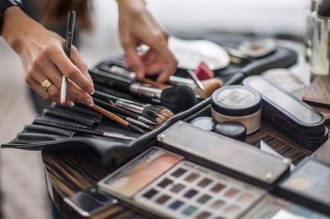 Make-up auffrischen: Make-up-Artist mit Pinseln in der Hand
