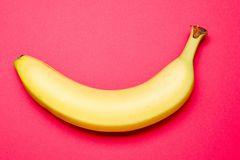 Lost Penis-Syndrom: Banane auf pinkem Hintergrund