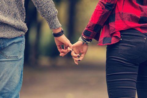 Ansprüche an die Beziehung: Ein Pärchen hält Händchen