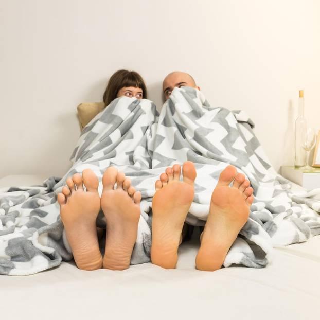 69er im Stehen: Ein Pärchen im Bett vor dem Sex