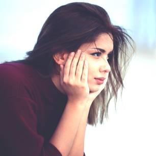 Lebensfehler, die ich niemandem wünsche: Eine nachdenkliche junge Frau
