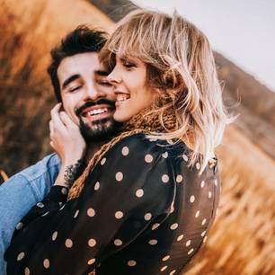 Reddit: Eine Frau umarmt einen Mann