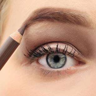 Natural Brows: Frau malt sich die Augenbrauen mit einem Stift nach