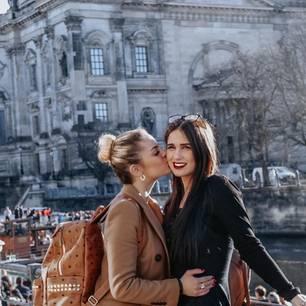 Ina und Vanessa küssen sich