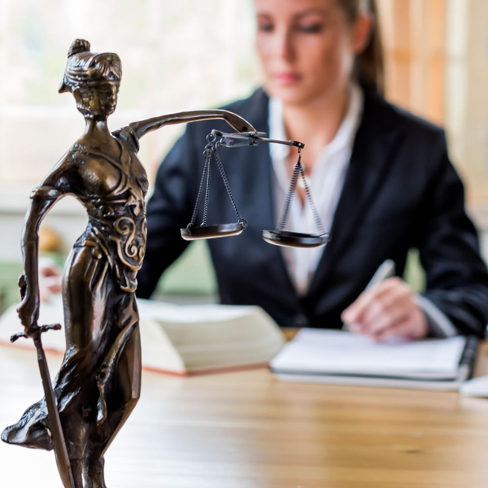 Anwalt Gehalt: Frau studiert Paragraphen