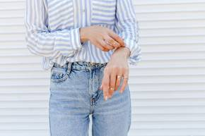 Basics für den Frühling: Frau mit gestreifter Bluse