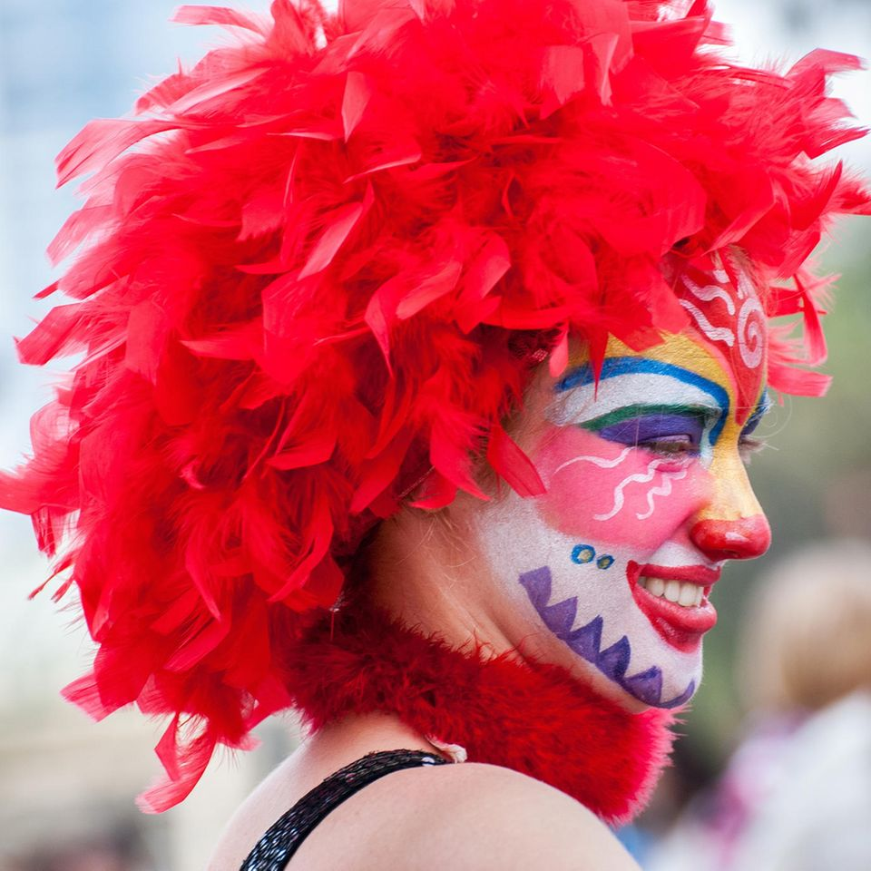 Clown schminken: Frau als Clown verkleidet