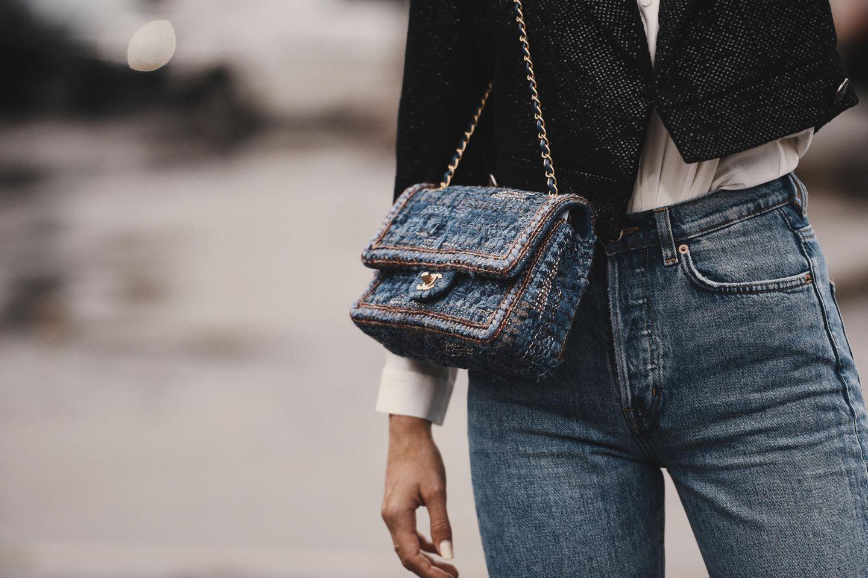 4 Teile, die du dir zulegen solltest, wenn du über 30 bist: Frau mit Jeans und Umhängetasche