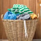 Wäsche sortieren: Wäschekorb mit dreckiger Wäsche