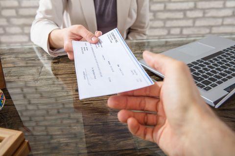 Durchschnittsgehalt Deutschland: Arbeitnehmer bekommt Gehaltscheck