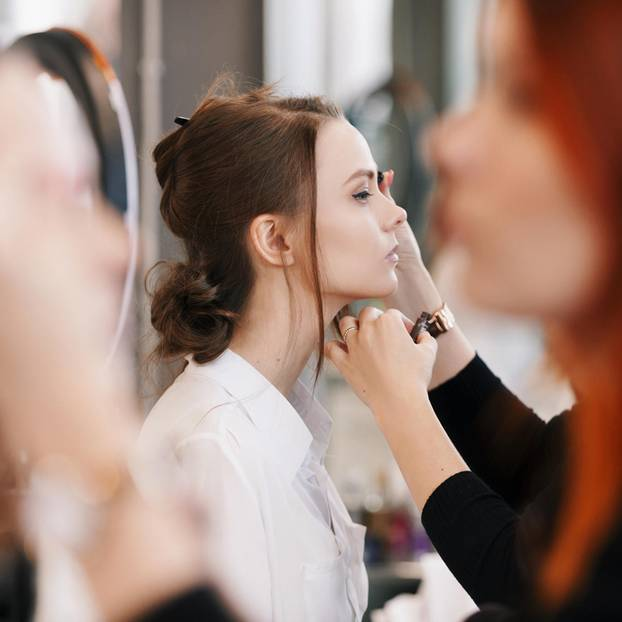 Bunte Mascara: Frau wird geschminkt