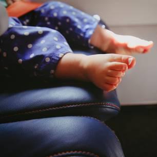 Mutter fliegt mit Baby in Urlaub. Als es anfängt zu schreien, verteilt sie Geschenke an Passagiere