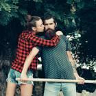 Braucht mein Partner mehr Freiraum? Eine Frau klammert sich um den Hals eines Mannes