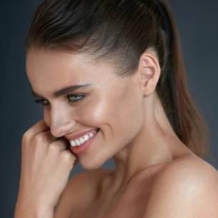 Anti-Aging Tipps: Frau mit strahlender Haut