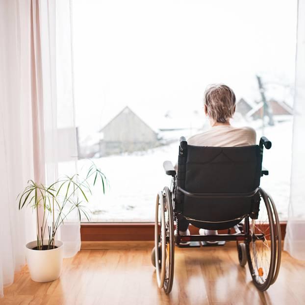 Demente Mutter will nicht ins Heim: Frau im Rollstuhl