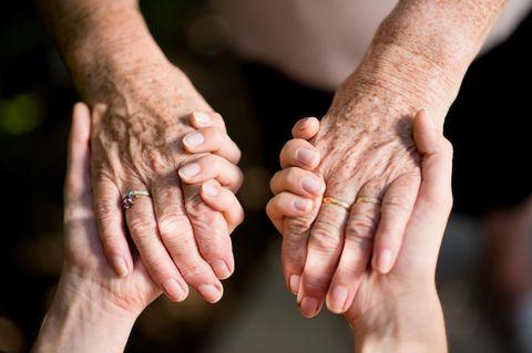 Meine Mutter zieht zu mir - sich haltende Hände